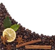 Kaffeebohnen mit Zimt und Anis Stockbild