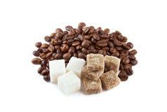 Kaffeebohnen mit Zucker Stockfotos