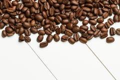 Kaffeebohnen ona-Tabelle Stockfotos