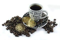 Kaffeebohnen, Schale und bitcoin Münzen, die auf weißen Hintergrund legen Stockfotos