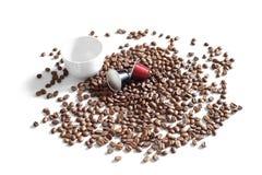 Kaffeebohnen, Schale und Kapseln Stockbild