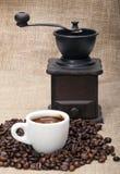 Kaffeebohnen, Schale und Schleifer lizenzfreies stockbild