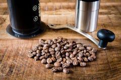 Kaffeebohnen, Schleifer und alternative Methode des Kaffeebrauens Stockbild