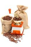 Kaffeebohnen, Schleifer und Sack Stockbild