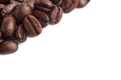 Kaffeebohnen schließen oben in getrenntem weißem Hintergrund Stockfotos