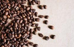 Kaffeebohnen schlie?en oben stockfotos