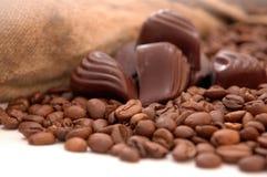 Kaffeebohnen, Schokolade und Beutel stockfotos