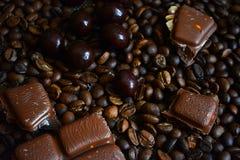 Kaffeebohnen, Schokolade und Zimt Stockbilder