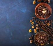 Kaffeebohnen, Schokoladenplätzchen, Vanillehülsen, Zimtstangen, Anissterne und brauner Zucker in einer Weinlese versilbert Schale lizenzfreies stockbild