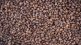 Kaffeebohnen sind auf dem Tisch rotate Langsame Bewegung stock video