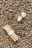 Kaffeebohnen, Sternanis und Zimt und Muskatnuss Röstkaffeebohnenhintergrundabschluß oben Die vertikale Anordnung lizenzfreies stockfoto