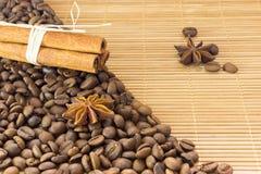 Kaffeebohnen, Sternanis und Zimt Röstkaffeebohnen-Hintergrundabschluß oben lizenzfreie stockbilder