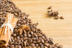Kaffeebohnen, Sternanis und Zimt Röstkaffeebohnen-Hintergrundabschluß oben Lizenzfreie Stockfotos