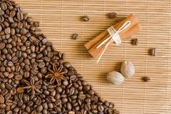 Kaffeebohnen, Sternanis und Zimt Röstkaffeebohnen-Hintergrundabschluß oben Lizenzfreies Stockfoto