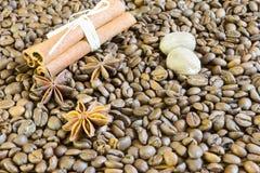 Kaffeebohnen, Sternanis und Zimt Röstkaffeebohnen-Hintergrundabschluß oben stockfotos