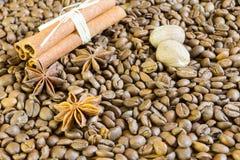 Kaffeebohnen, Sternanis und Zimt Röstkaffeebohnen-Hintergrundabschluß oben Stockfotografie