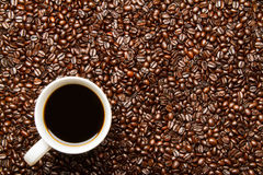 Kaffeebohnen u. Kaffeetasse Stockfotografie