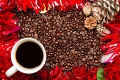 Kaffeebohnen u. Kaffeetasse mit Weihnachtsrahmen/-grenze Lizenzfreies Stockbild