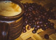 Kaffeebohnen und Anis und Schokolade, Cardamon, Zimt, Zucker Stockfoto