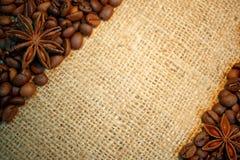 Kaffeebohnen und Anissterne auf Leinwand stockfoto