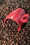 Kaffeebohnen und Becher stockfoto