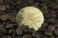 Kaffeebohnen und bitcoin Münzen, die auf weißen Hintergrund legen Lizenzfreie Stockfotos