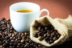 Kaffeebohnen und Cup Stockfoto