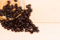 Kaffeebohnen und die Platte Stockfotos