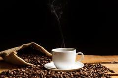 Kaffeebohnen und ein heißer Kaffee Lizenzfreie Stockbilder