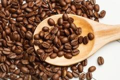 Kaffeebohnen und ein Löffel stockfoto