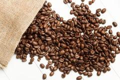 Kaffeebohnen und ein Leinwandsack lizenzfreies stockfoto