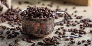 Kaffeebohnen und eine Schale auf einer Leinwand Lizenzfreie Stockbilder