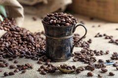 Kaffeebohnen und eine Schale auf einer Leinwand Stockfotos