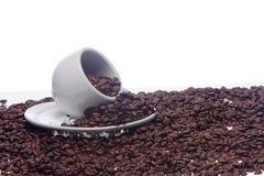 Kaffeebohnen und eine weiße Schale Stockbild