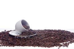 Kaffeebohnen und eine weiße Schale Lizenzfreie Stockfotografie