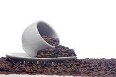 Kaffeebohnen und eine weiße Schale Stockfotos