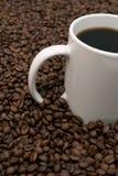 Kaffeebohnen und gebraut Stockfotos