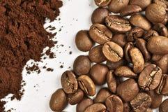 Kaffeebohnen und geerdeter Kaffee Lizenzfreies Stockbild