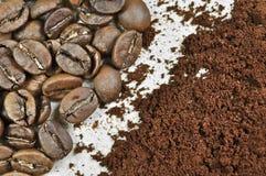 Kaffeebohnen und geerdeter Kaffee stockfoto