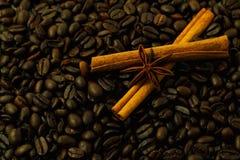 Kaffeebohnen und Gewürze. Stockfoto