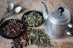 Kaffeebohnen und grüne Teeblätter Lizenzfreies Stockfoto