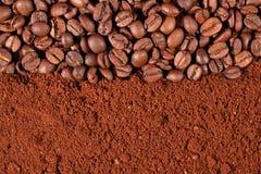 Kaffeebohnen und Grundbeschaffenheit Lizenzfreies Stockfoto