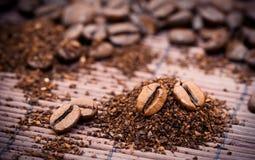 Kaffeebohnen und Körnchen Lizenzfreie Stockbilder