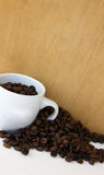 Kaffeebohnen und Kaffeetasse Lizenzfreie Stockfotografie