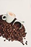 Kaffeebohnen und Kaffeetasse Lizenzfreie Stockfotos