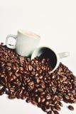 Kaffeebohnen und Kaffeetasse Stockbild
