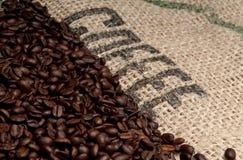 Kaffeebohnen und Leinwand-Hintergrund Lizenzfreies Stockbild