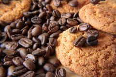 Kaffeebohnen und Plätzchen Stockfotos