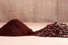 Kaffeebohnen und Pulver Lizenzfreie Stockbilder