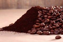 Kaffeebohnen und Pulver Stockbild